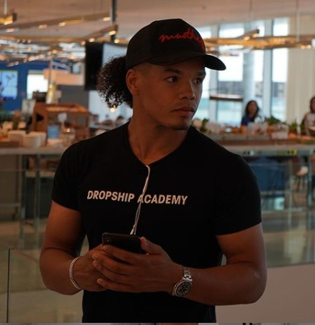Op deze foto zien we Joshua Kaats, oprichter van de Dropship Academy 3.0 training